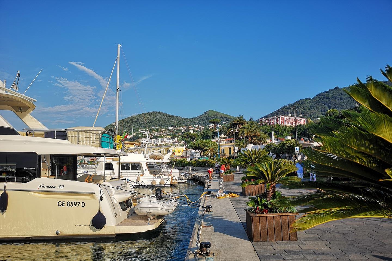 Mole am Hafen von Casamicciola Terme auf Ischia