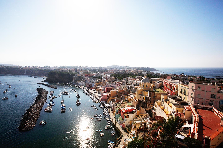 Der kleine und pittoreske Fischerhafen La Coricella auf Procida