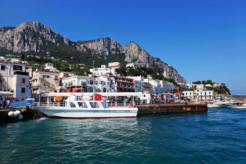 Bootsfahrt zu der berühmten blauen Grotte auf Capri
