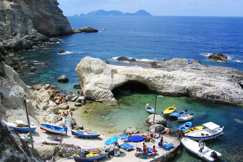 Cala Fonte mit Insel Palmarola am Horizont