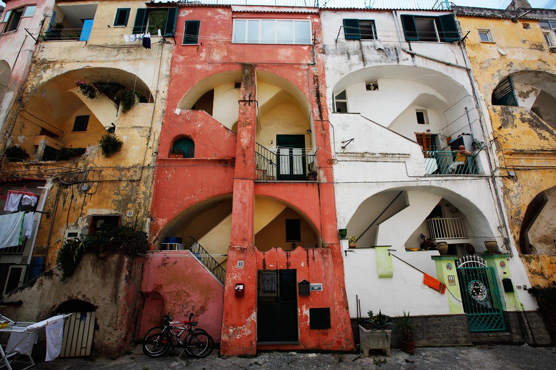 Pastellfarbene, ineinander verschachtelte Häuser auf Procida