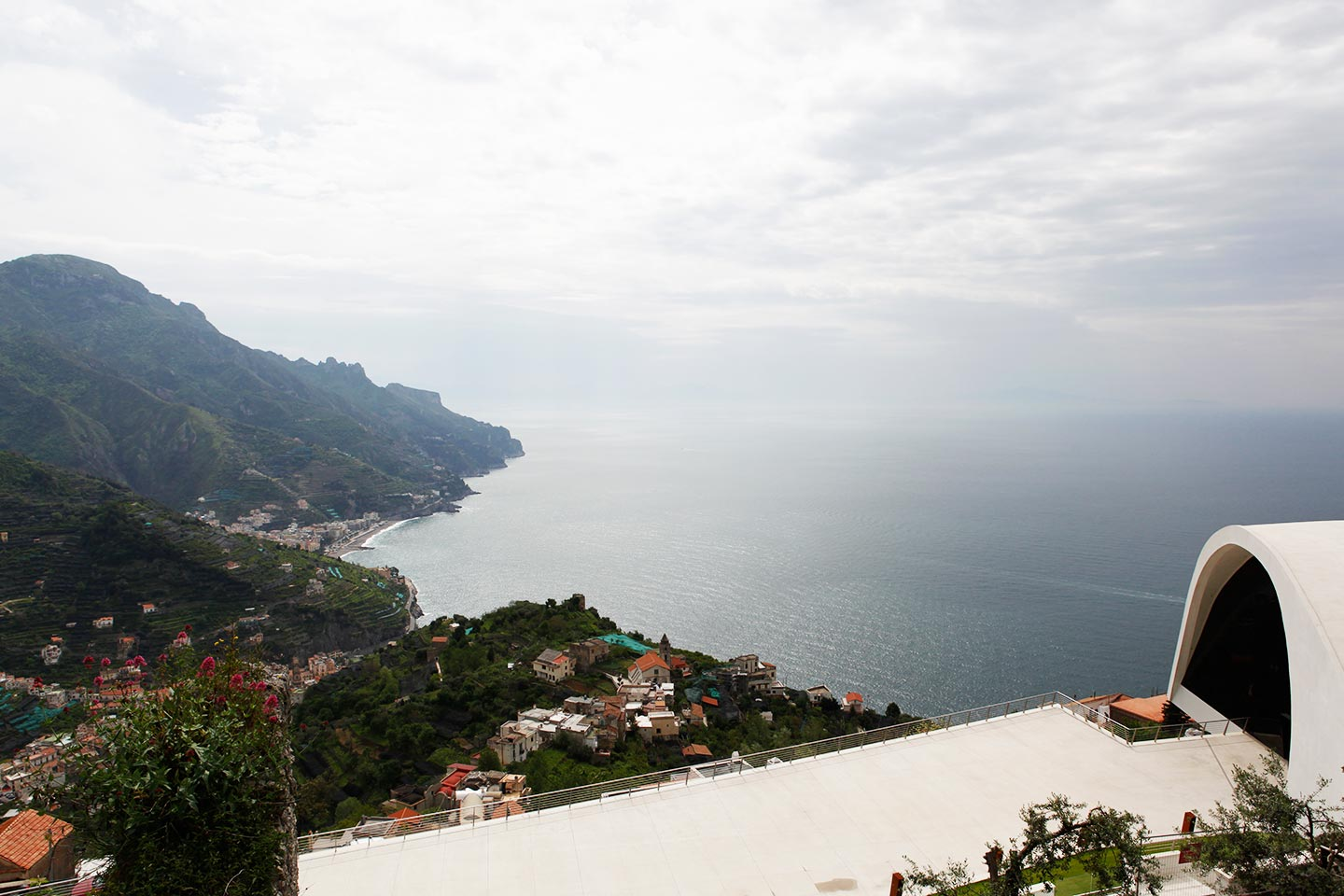 Panorama und Oscar-Niemeyer-Auditorium in Ravello